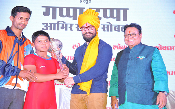 Aamir Khan and Dangal Girls felicitated Lokmat Chi Dangal Kushti Competition Winner in Kolhapur